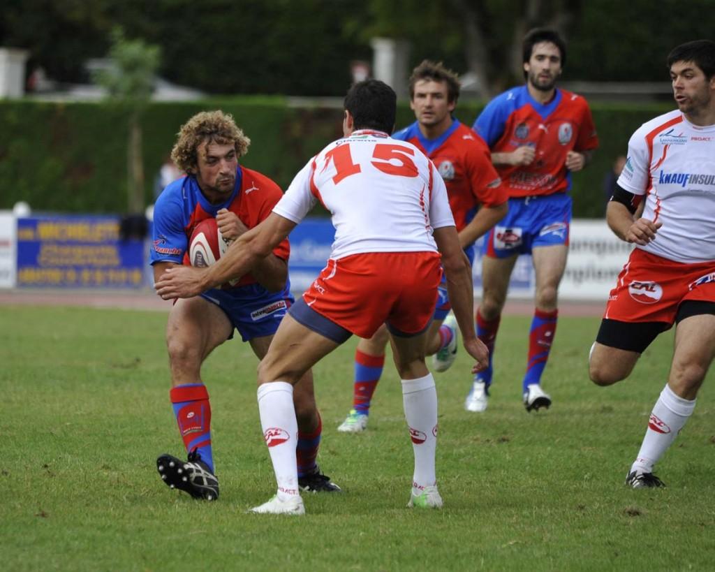 Loïc Gachard défie l'arrière et buteur lannemezanais Dasque, bourreau des Hagetmautiens lors du premier match. (Photo Jean-Louis Tastet)