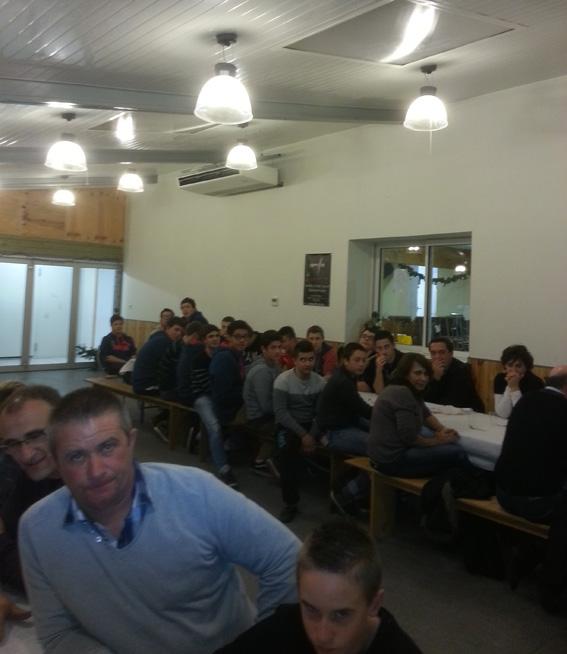 Le repas qui clôturait cette journée de reprise a réuni une cinquantaine de personnes, parents, enfants et bénévoles, au siège du club.