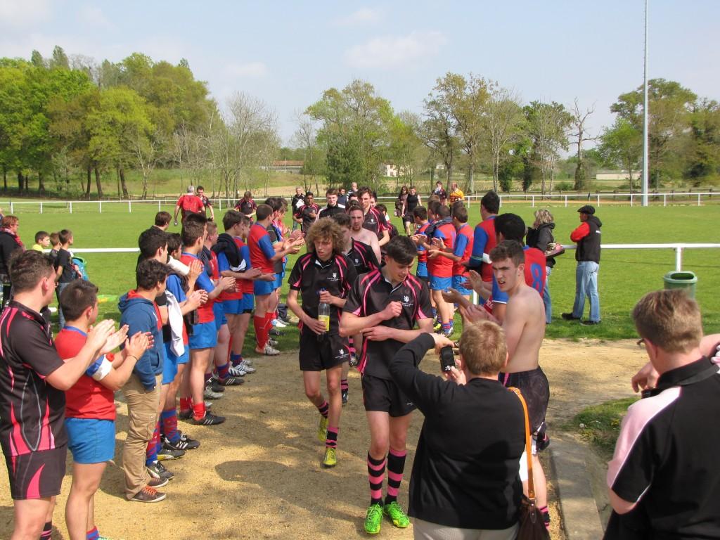 Les cadets ont fait une haie d'honneur pour leurs hôtes à la fin du match. (photo Bruno Pouilloux)